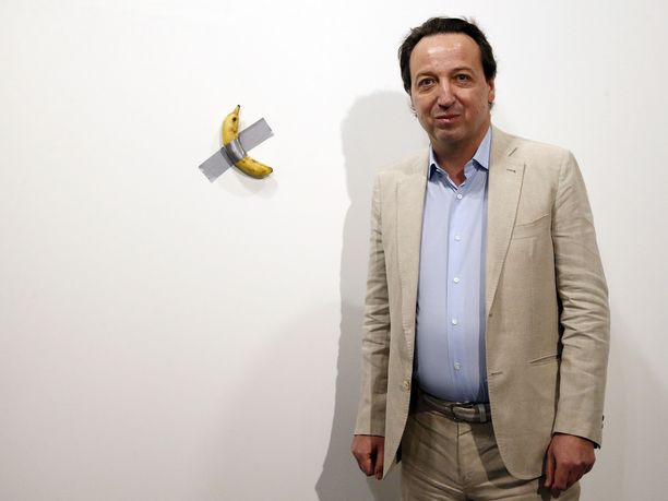 Galleristi Emmanuel Perrotin poseerasi kuulun banaanin kanssa torstaina.