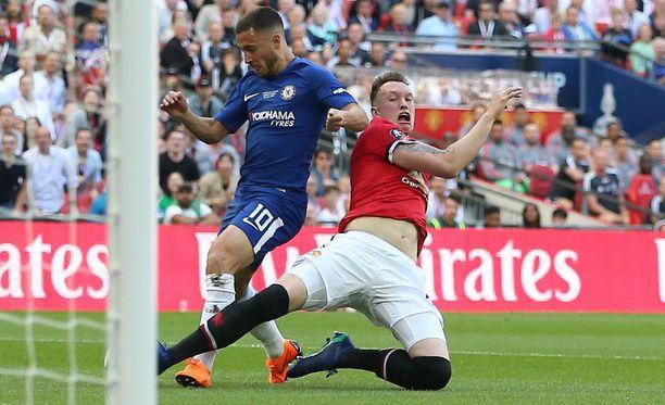 Phil Jones kaataa Eden Hazardin rangaistusalueella.
