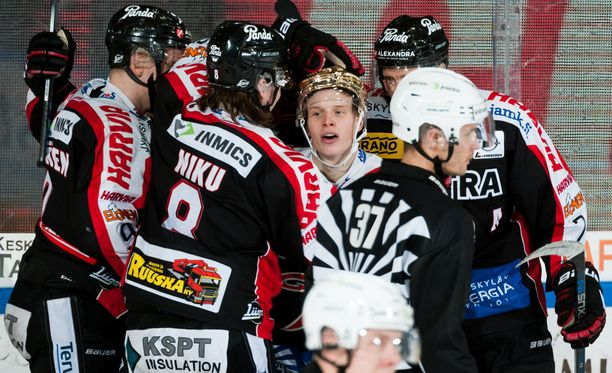 JYPIllä kulkee! 183-senttinen Antti Suomela näyttää painuneen kasaan onnittelujen puristuksessa.