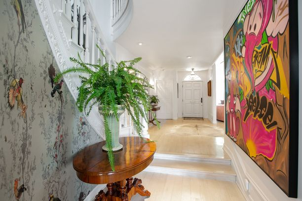 Vaikka pinnat ovat vaaleat, löytyy kodista paljon värikkäitä yksityiskohtia.