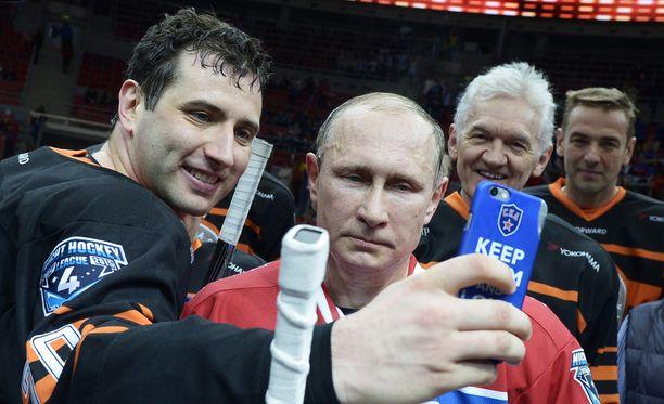 Roman Rotenberg tuntee Boris-isänsä kautta Vladimir Putinin. He pelaavat yhdessä jääkiekon näytösotteluita Venäjällä. Kuva toukokuulta 2015.