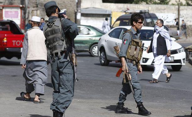 Poliiseja partioimassa tarkastuspisteellä Kabulissa. Arkistokuva.