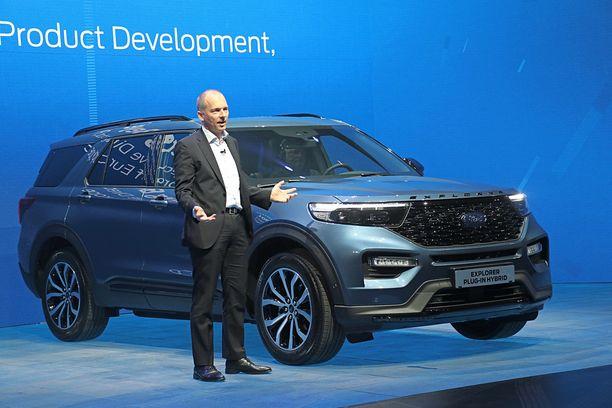 Yllätys - Ford Explorer pujahtaa rapakon takaa myös Eurooppaan. Autoa esittelee Joerg Beyer Fordilta.