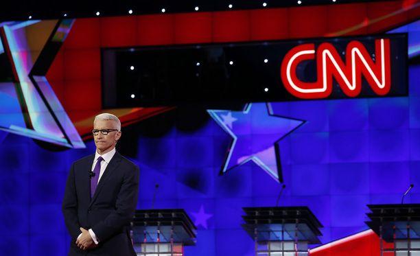 Onko CNN:n tähtitoimittaja Anderson Cooper tulossa Suomeen? Kuva demokraattien vaaliväittelystä muutaman vuoden takaa.