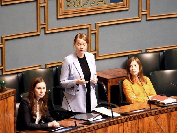 Muiden ministereiden poistuessa pikkuhiljaa ministeriaitiosta, pääministeri Sanna Marin (sd), valtiovarainministeri Katri Kulmuni (kesk) ja opetusministeri Li Andersson (vas) pysyivät paikalla kolmituntisen keskustelun loppuun saakka.