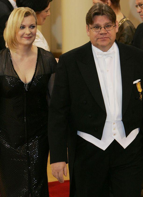 Timo Soini ja vaimonsa Tiina pistivät jalalla koreasti Linnassa.
