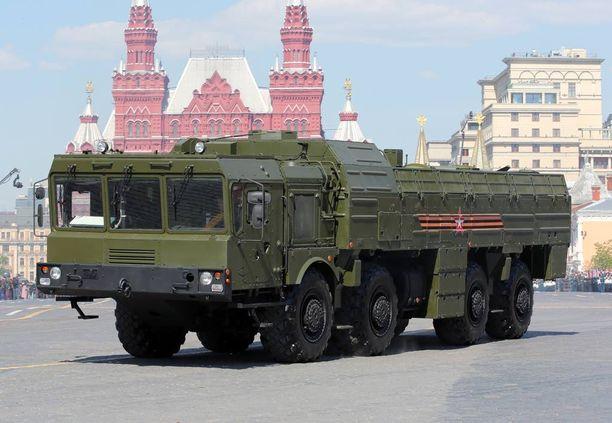 Sotapeliskenaariossa Venäjää kuvaava Grosland muun muassa siirtelee Iskander-ohjuksiaan. Kuvassa Iskander M -ohjusjärjestelmä Moskovan Punaisella torilla toukokuussa.