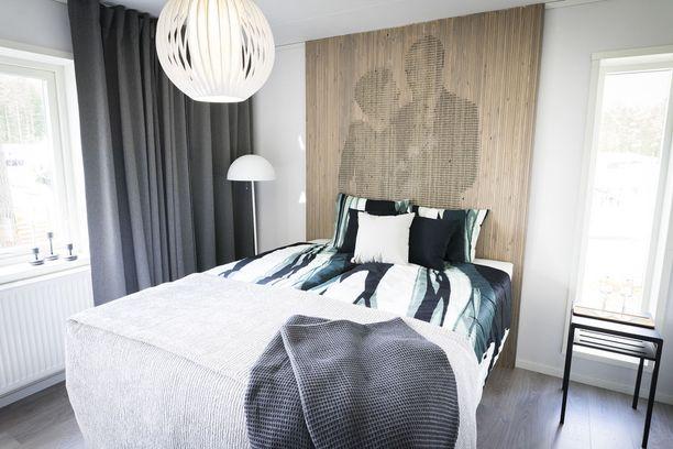 Upea sängynpääty tuo tyylikkään lisänsä vanhempien makuuhuoneeseen. Asuntomessukohde 14.