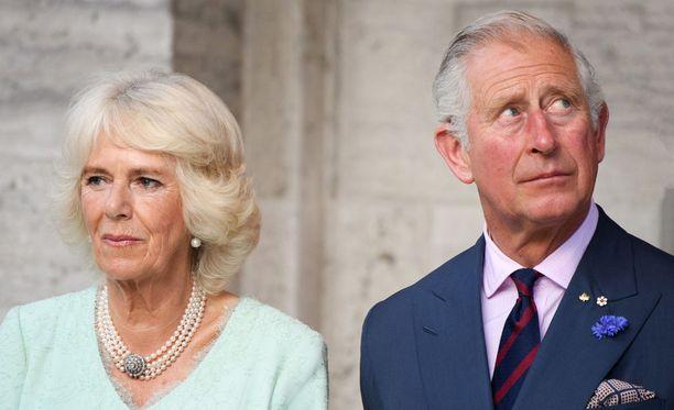 Charles ja Camilla kikattelivat keskenään esityksen aikana.