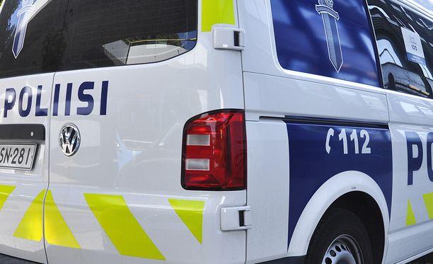 Poliisi otti kiinni miehen, jonka hallusta löytyi turvallisuustarkastuksessa aseita.