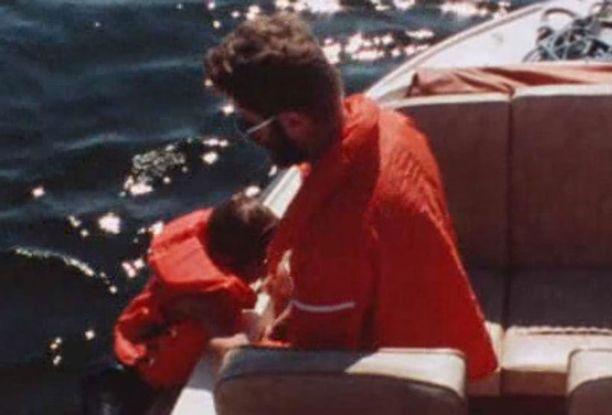 Pelastusharjoituksen jälkeen isä vetää hengästyneen Teemun merestä. - Mä en pääse, poika vetoaa isäänsä.