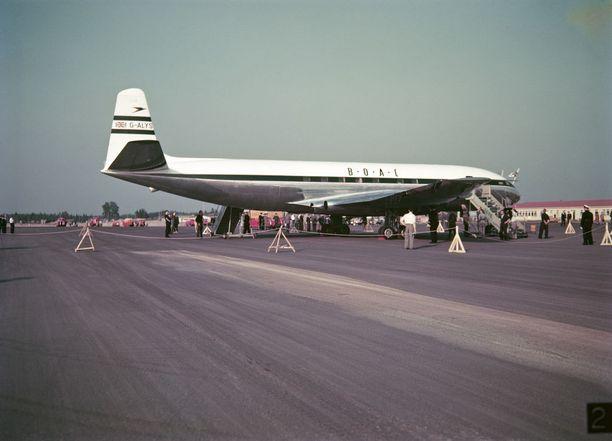 Brittiläinen Comet suihkumoottorilentokone Seutulan lentokentällä olympiakesänä 1952. Lentokone tuli hakemaan Edinburghin herttuaa prinssi Philipiä Helsingin olympialaisista kotiin.