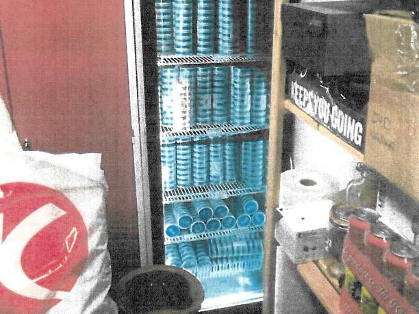 Hämeen poliisin tutkintakuvia. Nuuskapurkkeja jääkaapissa.