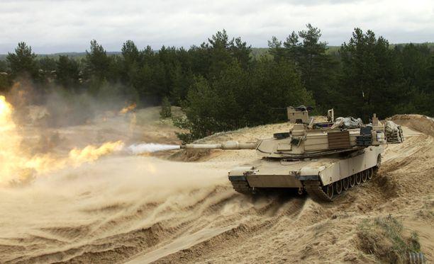 Uuden komentajan mielestä Yhdysvaltojen olisi sijoitettava Eurooppaan pysyvä panssariprikaati. Kuvassa amerikkalainen Abrams-taistelupanssarivaunu on sotaharjoituksessa Latviassa vuonna 2015.