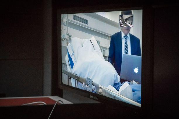 Abderrahman Bouanane vangitsemisoikeudenkäynnissä. Hän oli mukana oikeudenkäynnissä videon välityksellä Turun yliopistollisesta keskussairaalasta.