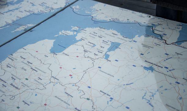 Kannen keskellä on suuri kartta, johon on piirretty suunniteltu reitti.