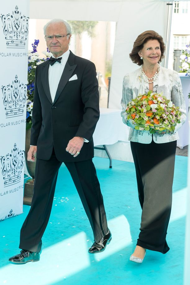 Kuningatar Silvia edusti jakussa ja hameessa kuningas Kaarle Kustaan kanssa.