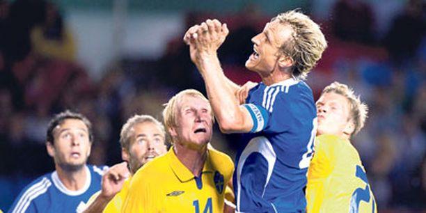 Sami Hyypiä taisteli 100:nnessa A-maaottelussaan keskiviikkona Tukholmassa.