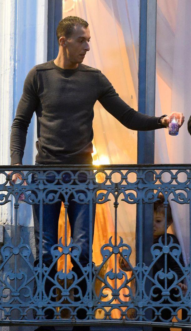 Salah Abdeslamin veli Mohammed sytytti keskiviikkona kynttilöitä kotitalonsa parvekkeella Brysselissä Pariisin iskujen uhrien muistolle. Hän on toivonut veljensä antautuvan viranomaisille.