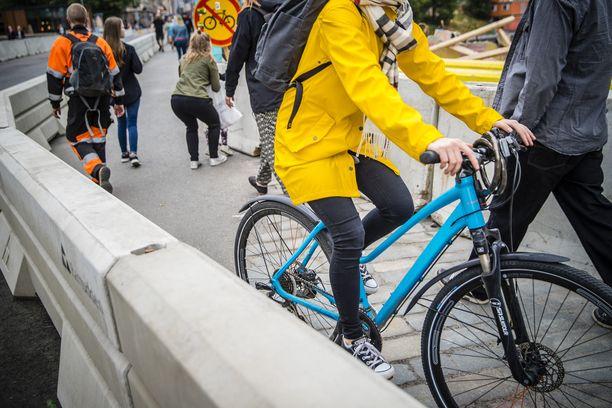 Kaksisuuntainen pyöräliikenne yksisuuntaisilla kaduilla herättää kysymyksiä. Kuvituskuva.
