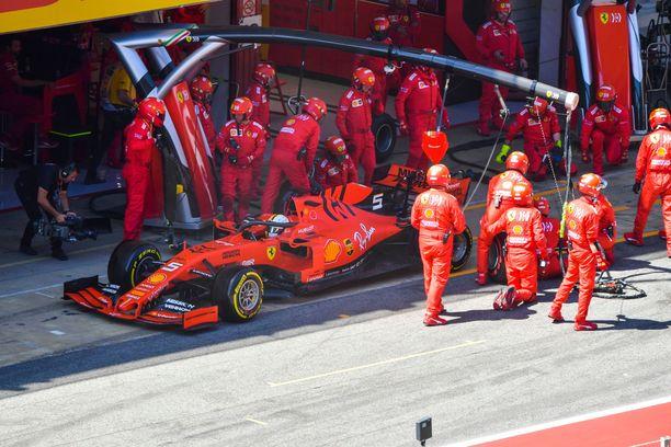Koko Ferrari-organisaatio on isoissa ongelmissa. Mersun ylivoimalle se ei voi mitään, ja Kataloniassa myös Red Bull pääsi punakoneiden eteen.