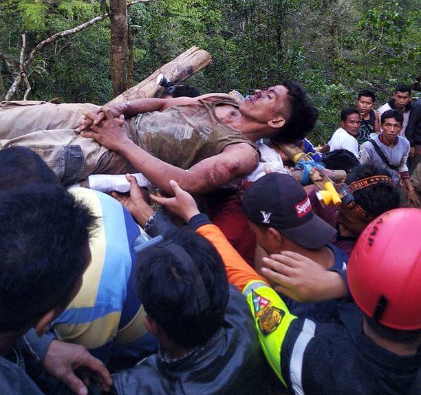 Kaivosturmassa loukkaantunutta kuljetettiin paareilla onnettomuuspaikalla.
