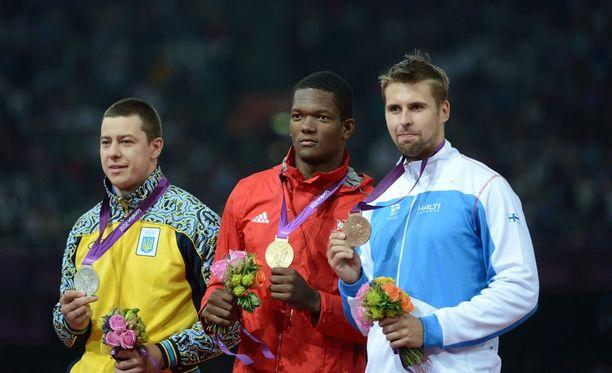 Keshorn Walcott (keskellä) on Lontoon olympiavoittaja. Pronssille kilpailussa heitti Suomen Antti Ruuskanen.