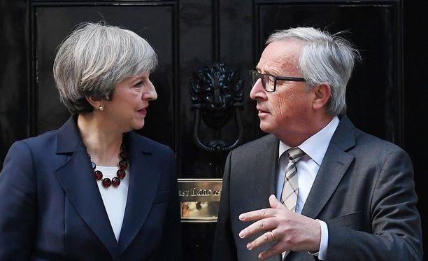 Britannian pääministeri Theresa May tapasi EU-komission puheenjohtajan Jean-Claude Junckerin virka-asunnollaan Downing Street 10:ssä huhtikuun 26. päivä.