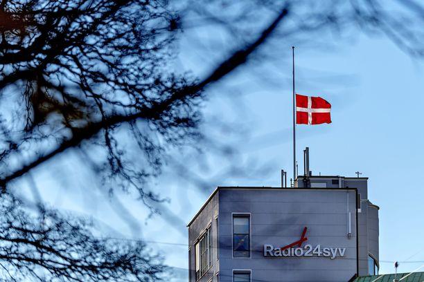 Radio24syv-radioaseman katolla Kööpenhaminassa oli lippu puolitangossa Yasarin kuoleman vuoksi.