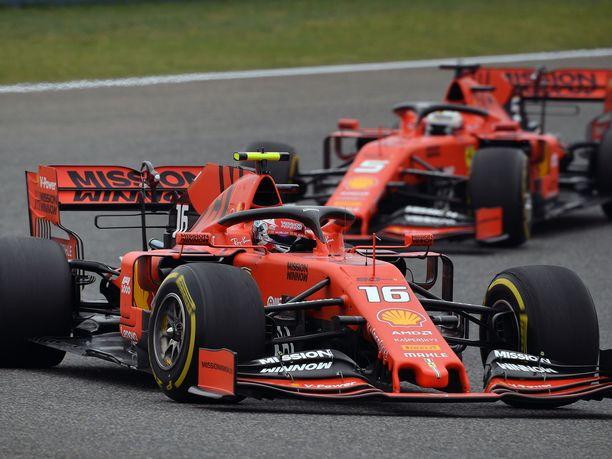Charles Leclerc ei saanut kauaa ajaa Sebastian Vettelin edellä.