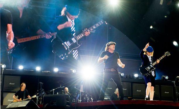 AC/DC-basisti jättää bändin meneillään olevan kiertueen päätyttyä.