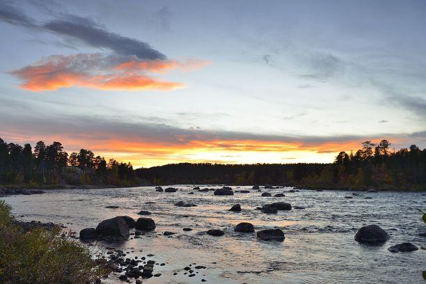 Aanaar on Juutuanjoen törmällä. Joki tunnetaan Euroopan parhaana taimenjokena.