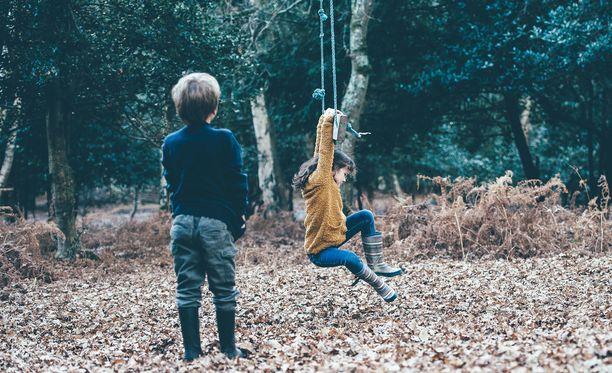 Lapselle erityinen on tavallista. Mikko on ymmärtänyt vasta aikuisena, miten vähän vanhempien huomiota sai kehitysvammaisen sisaren rinnalla. (Kuvituskuva.)