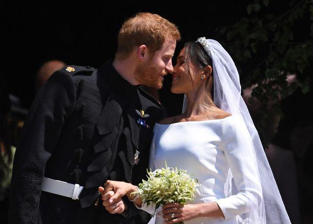 Satuhäitä vietettiin 19. toukokuuta 2018 Windsorin linnan Pyhän Yrjön kappelissa. Tässä tyylinäytteenä hääparin suudelma.