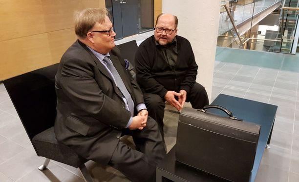 Mitro Repo Helsingin käräjäoikeudessa asianajajansa, Matti Penttisen seurassa.