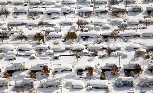 Talot lumivaipassa New Yorkin osavaltiossa West Senecassa.