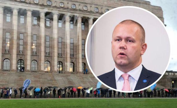 Eduskunnan apulaistiedotuspäällikkö Rainer Hindsberg kertoo, että eduskunnan kävijämäärät ovat tuplaantuneet peruskorjauksen jälkeen.