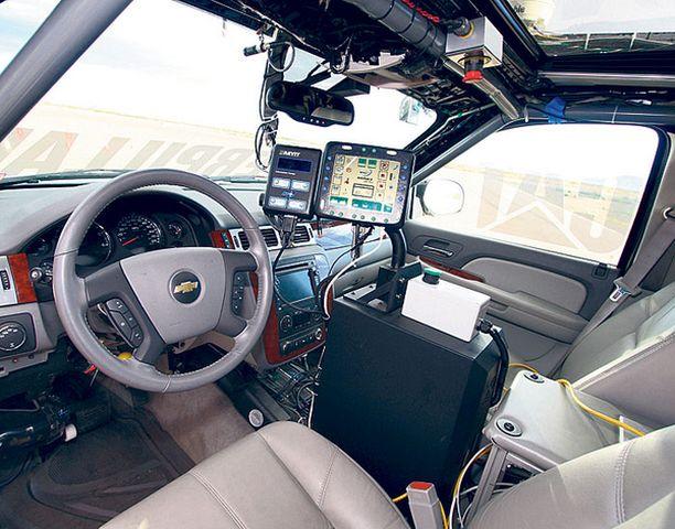 Erikoisajokin eri puolilla on 25 sensoria, tutkia ja tv-kameroita, joita 10 Compaq Intel-tietokonetta ohjaavat.