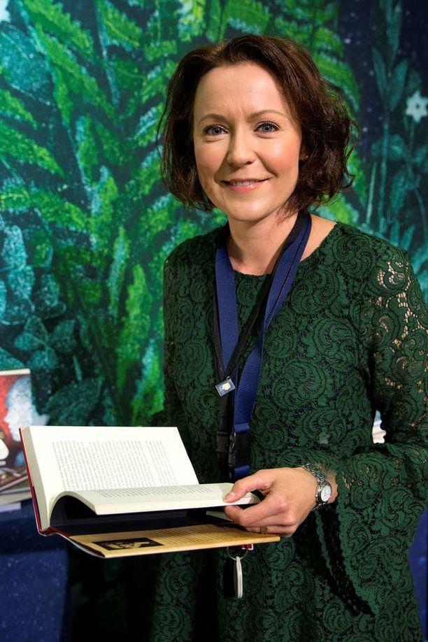 Jenni Haukiolla riittää hihasta nykijöitä Turun kirjamessuilla. Presidentti Sauli Niinistön vaimo pitää messuja perhetapahtumana.