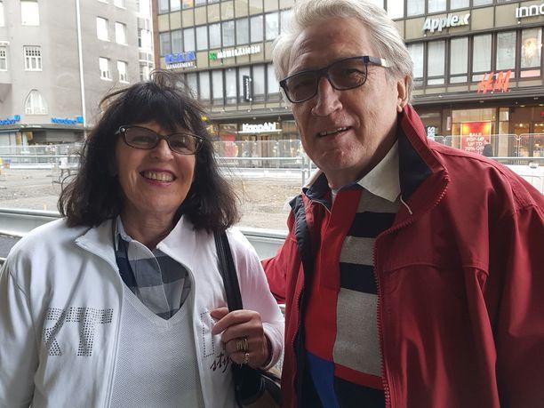Restonomi Nina Sarvana-Salmela ja näyttelijä Esko Salmela:Tulimme juuri Tukholmasta. Siellä keskusta oli katutöistä yhtä sekaisin. Vuosi 2021 tulee pian ja sitten on hyvä kulkea ratikalla. Tampereen keskusta on pitkä ja kapea kahden järven välissä, eli ihanteellinen ratikalle.