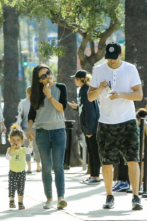 Mila Kunis ja Ashton Kutcher kuvattiin hiljattain jäätelöllä Wyatt-tyttärensä kanssa.