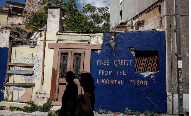 """Ateenassa seinäkirjoituksessa pyydetään, että Kreikka vapautettaisiin """"eurooppalaisesta vankilasta""""."""