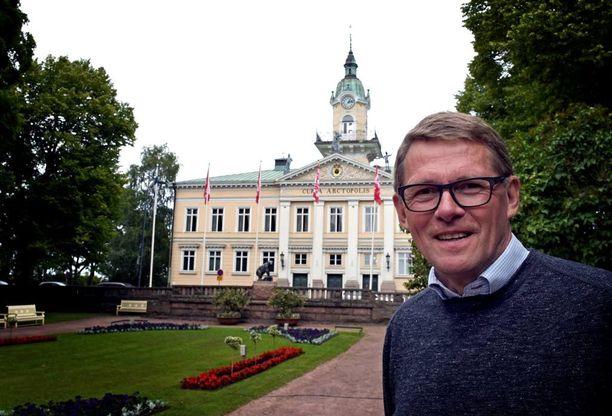 Hyväntuulinen ex-pääministeri Matti Vanhanen veti Porin Suomi-areenassa keskustan puoluetilaisuuden, jossa kansa pääsi kysymään keskustan ministereiltä mitä halusivat. Myös ministerit vastasivat mitä halusivat.