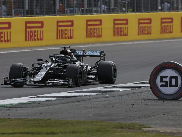 Lewis Hamilton otti jo uransa seitsemännen voiton Silverstonessa.