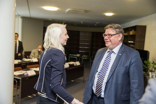 Silloin kun kaikki oli vielä hyvin. Laura huhtasaari ja Timo Soini perussuomalaisten ryhmäkokouksessa huhtikuussa 2015 pian vaalien jälkeen.