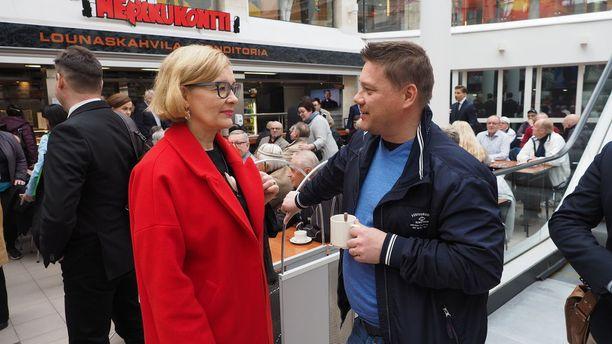 Eduskunnan puhemies Paula Risikko on tyytyväinen, että kokoomusväki tutustuu kasvavaan ja kehittyvään Seinäjokeen.