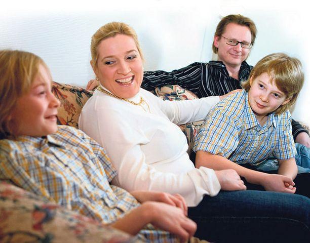 Tobias, 10 v, iskee tarinaa, ja äiti Ira Kaspi sekä isä Ape Anttila ovat pelkkänä korvana. Matiaskin, 11 v, keskittyy kuuntelemaan.