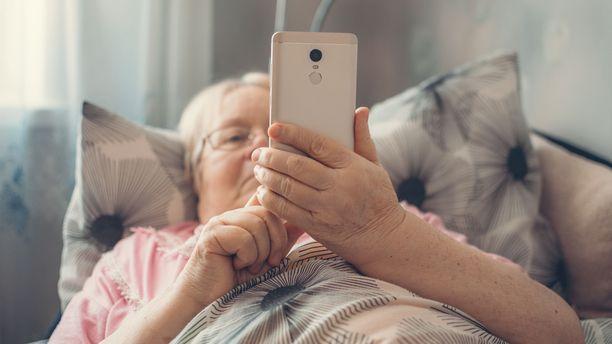 Yli 70-vuotiaat voivat olla yhteydessä läheisiinsä käytännössä vain etänä. Monen mielestä se ei korvaa aitoa ihmiskontaktia.