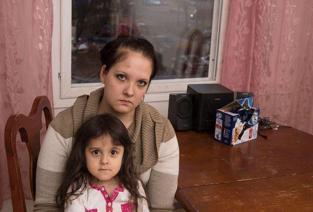 Niina Päivinen on asunut kolme kuukautta torakkaongelmaisessa talossa tyttärensä kanssa.
