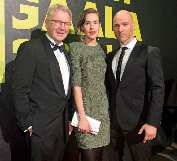 Pirkka-Pekka Petelius, Samujin mekossa juhlinut Jessica Grabowsky ja Aku Louhimies tulivat gaalaan yhdessä. Jessica oli ehdolla Naispääosa-Jussista elokuvasta 8-pallo.